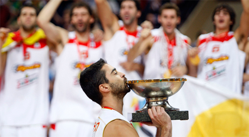 """La bomba"" Navarro kisses the European Cup"